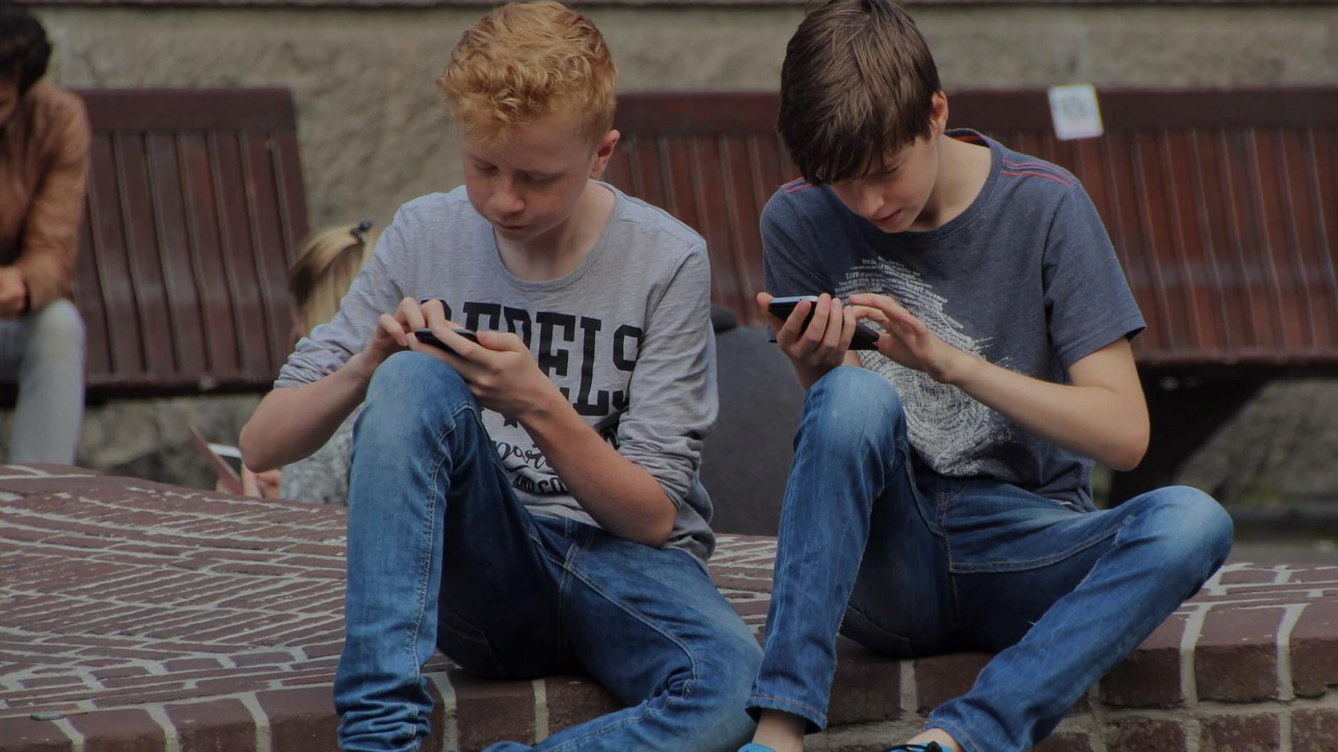 Hvordan klæder vi danske skoleelever på til at begå sig sikkert og lovligt på nettet?
